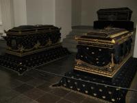 enkele van de 38 koninklijke graven (in Roskilde kathedraal)