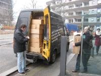 Een busje vol steken met dozen